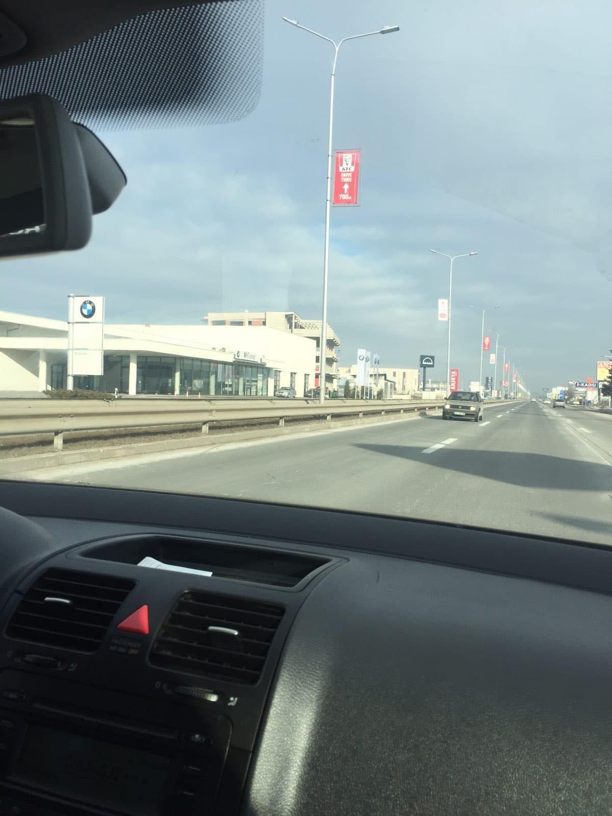 veturaa - Vetura Golf 2 futet në anën e kundërt në magjistralen Ferizaj-Prishtinë: Ndalohet nga Policia