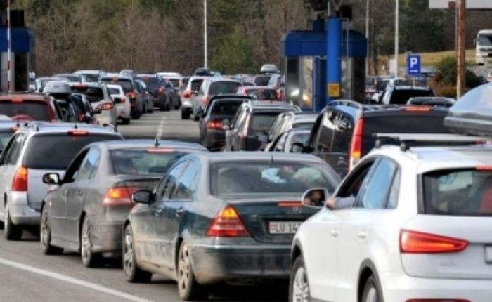 Kolona deri në 400 metra e pritje me orë të tëra – dyndje në pikat kufitare të Kosovës