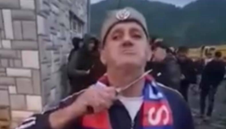 Protestuesi serb në veri e tregon armën e ftohtë përpara kamerës